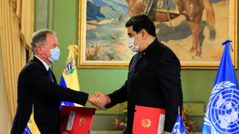 WFP Executive Director David Beasley and President Nicolás Maduro shake hands